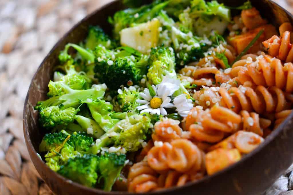 Schüssel mit Brokkolisalat und Nudeln
