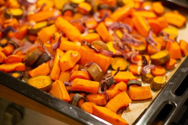 Herbstliches Ofengemüse mit Linsen-Hummus