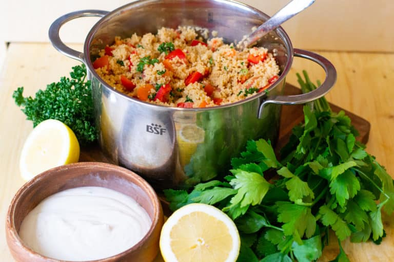 Einfacher Couscous-Salat mit Sojajoghurt-Dressing
