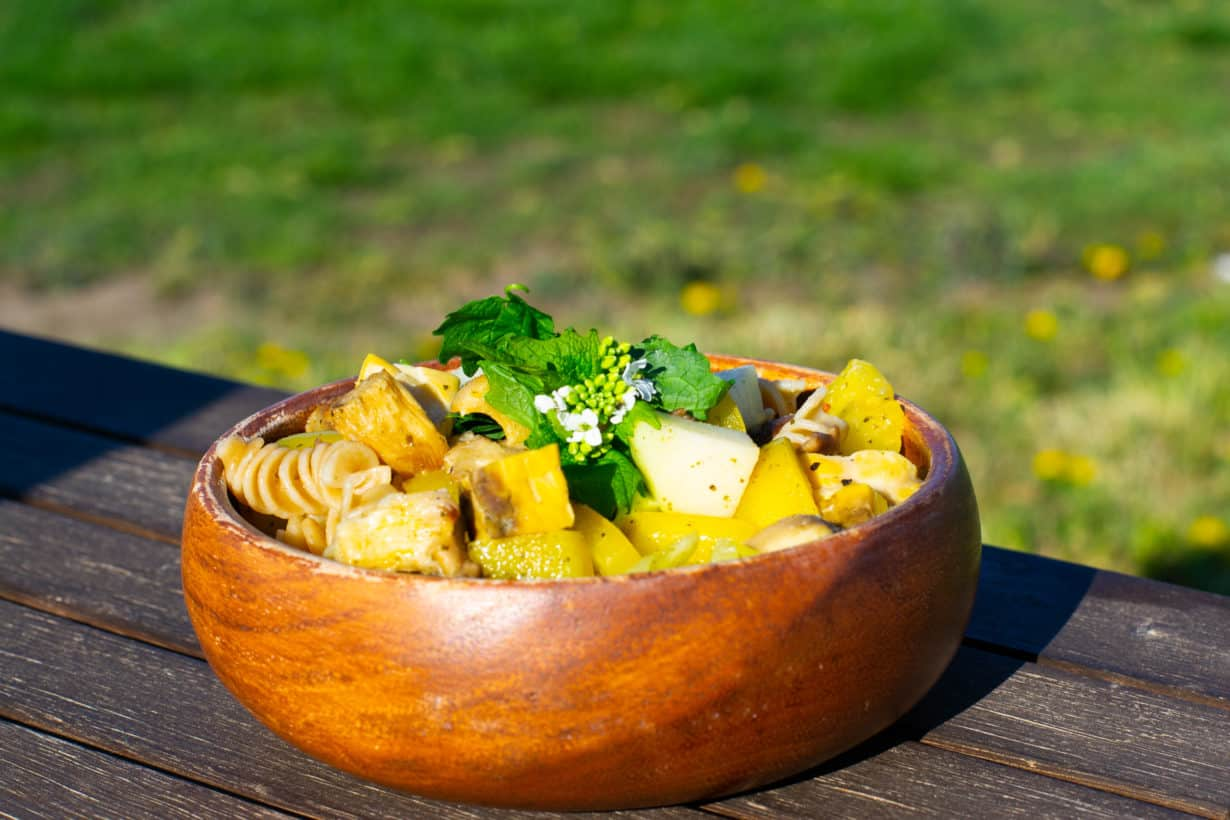 Foto des zubereiteten Gerichts mit Tempeh und Gemüse