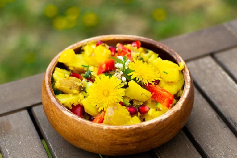 Rezept: Kartoffelsalat mit Granatapfel und Wildkräutern