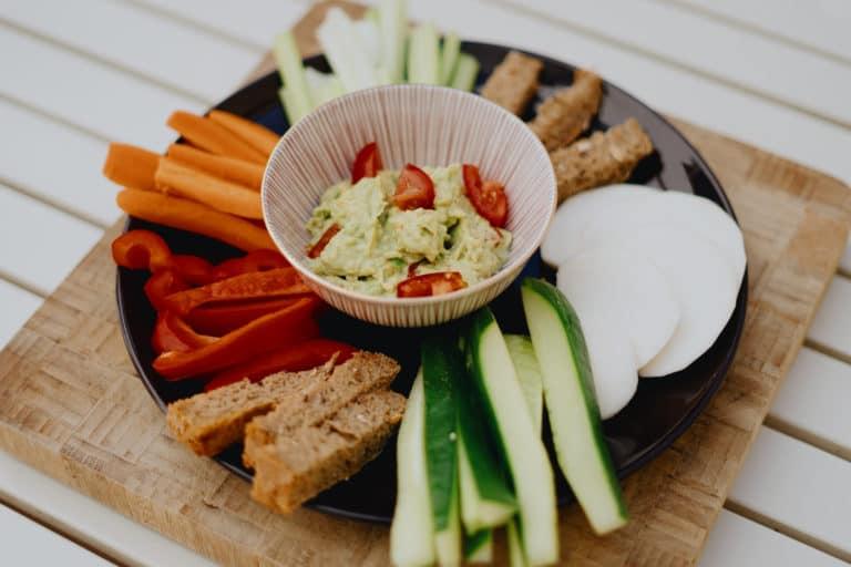 Rezept: Gemüsesticks und geröstetes Vollkornbrot mit Guacamole-Dip