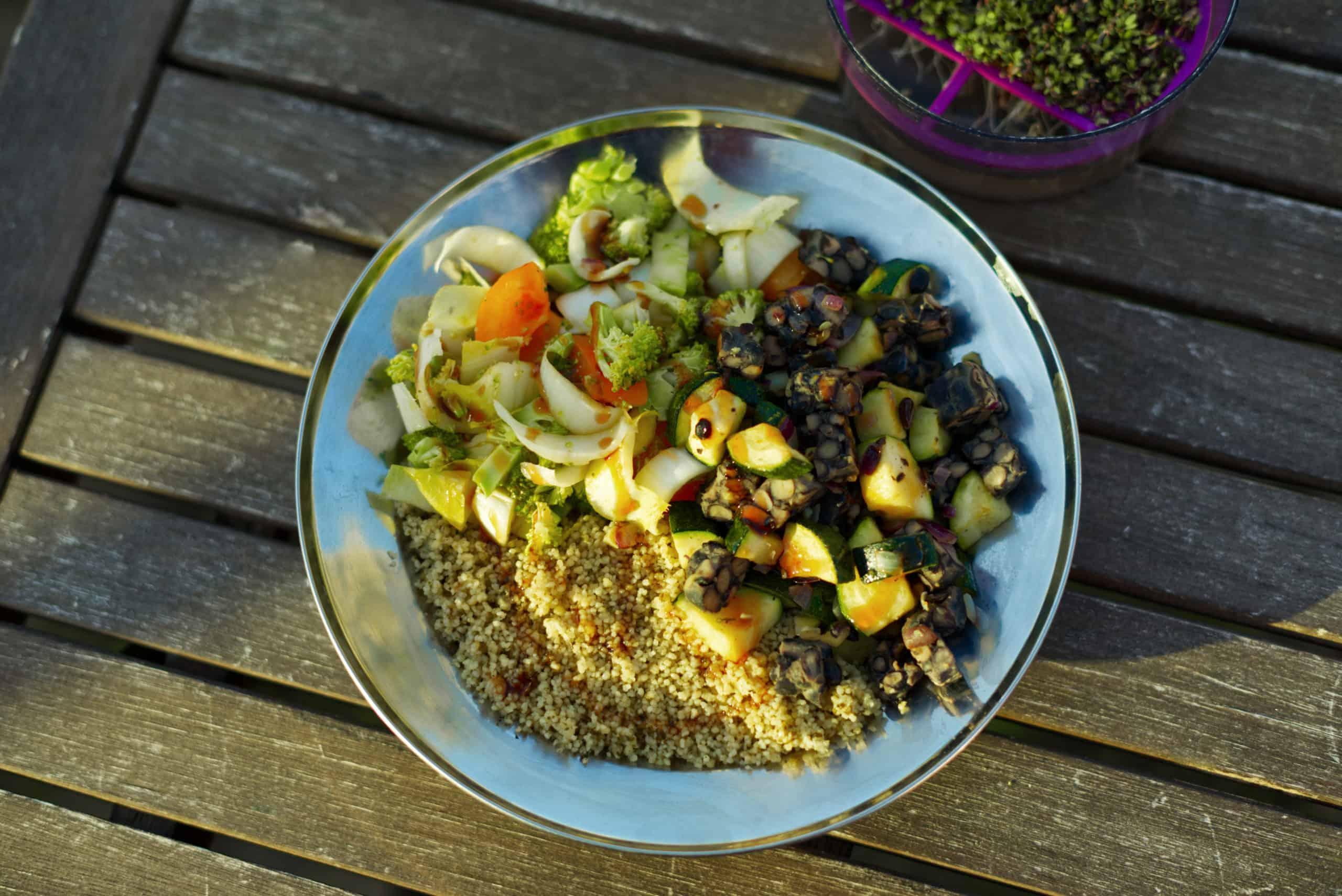 Bohnentempeh, Couscous und Brokkolisalat