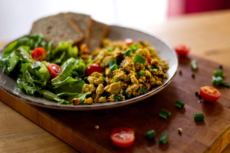 Rührtofu mit Salat und Brot